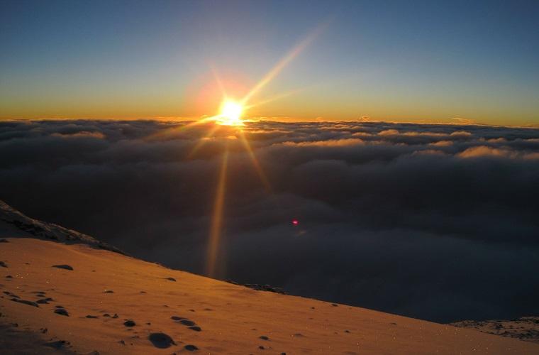 碧山旅行-乞力马扎罗山顶的日出
