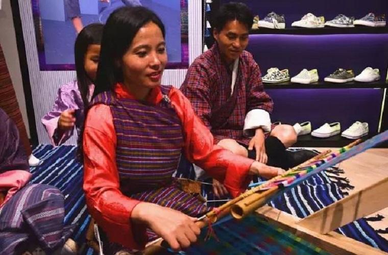 面朝黄土背朝天的不丹女人,用一条手工围巾改变家庭的命运。